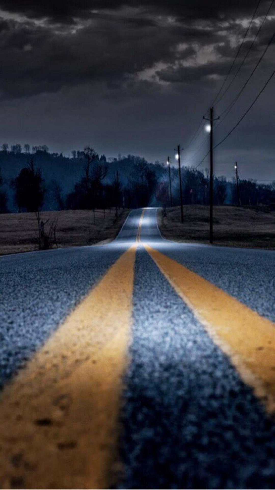 흐린날 저녁의 도로.jpg